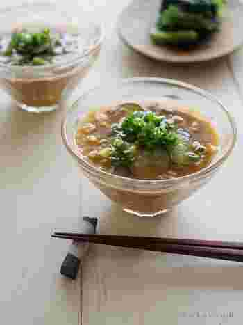 本来はご飯にかける冷や汁ですが、冷たいお味噌汁としても美味しく召し上がれます。鰹節と白ごまを乾煎りすることで、シンプルながらも深みのある味わいを楽しめますよ。