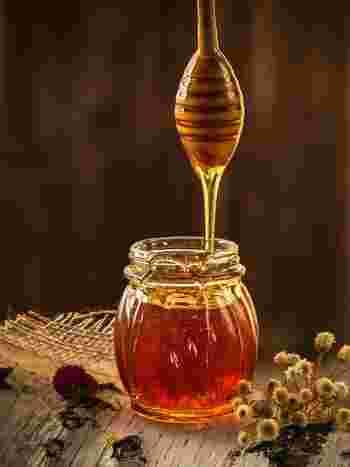 ハチミツにはお肌や健康に良い栄養素がバランスよく含まれています。 また、砂糖と比べるとカロリーが少なめなので、女性にはとってもうれしい食材です。