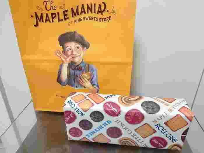 ザ・メープルマニアの「メープルバタークッキー」。包装紙も黄色の紙袋もとっても目を惹くデザインで、思わず手を伸ばしてしまいますよね。
