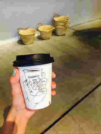 とってもユニークなこちらのカップは、神楽坂にあるライフスタイルショップ『la kagu(ラカグ)』内にオープンしたカフェ『LA MADRAGUE』のもの。アメリカ在住のイラストレーター、ウェンディ・マクノートンさんによってデザインされました。