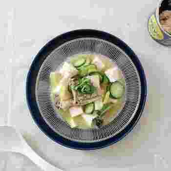 さば缶の汁を使って冷や汁風に仕上げる冷奴のレシピ。さばの旨味と大葉やレモンの爽やかさで、暑い時でもお箸が進みそう。栄養もボリュームもある一品がパパっと作れますよ。