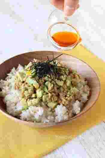 納豆には「ナットウキナーゼ」という成分があり、血液をサラサラにする効果があります。栄養価も高く、抗酸化作用や血糖値を抑えてくれる働き、腸内細菌を整える働きもあるといわれています。朝食べることが多い納豆ですが、より納豆の効果を高くしてくれる夜に食べることもおすすめです。また、アボカドは「食べる美容液」とも呼ばれており、世界一栄養価の高い果実としてギネスにも認定されています。アボカドには、ビタミン・ミネラル類が多く含まれており、腸内環境を整える効果や、余分な脂肪を排出する効果などがあります。栄養を効率よく吸収するには、腸の働きはとても大切です。アボカド+納豆で、腸内環境を整えていきましょう。