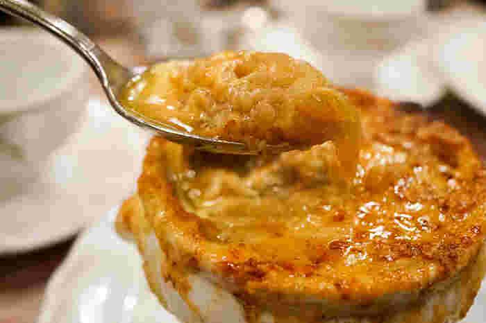 表面のチーズにスプーンを入れると、たっぷりの玉ねぎが登場。濃厚なのにしつこくなく、お肉やお魚料理との相性も抜群です。オニオングラタンスープをメインでいただきたい方は、大きいサイズを注文するのもおすすめ。
