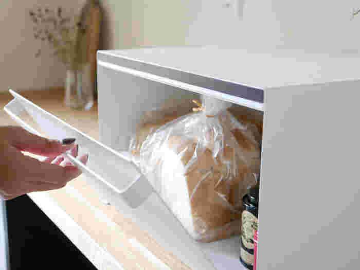 こちらのブレッドケースは、超スッキリデザインの前開きボックス。 あったらいいな、という場所に置くだけで収納スペースがスマートに増設できます♪