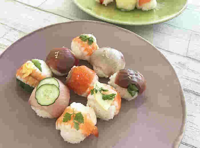 華やかな見た目で可愛いので、おもてなし料理にぴったりな手まり寿司。ラップで好きな具材を丸めるだけで簡単にできるので、お子さんも楽しくお手伝いできますね。お子さん用には、酢飯を少し甘めにしてあげると食べやすくなりますよ。