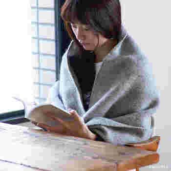 外では首に巻いてマフラーとしても使えますし、肩から羽織ってショールとして、お家やオフィスではひざ掛けとして使えます。ボタン付きなので、肩からずれ落ちにくいのがうれしいポイント。
