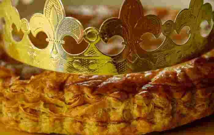 「ガレット・デ・ロワ」のあれこれについてご紹介しましたが、いかがでしたか?名店の味を楽しむも良し、お家で焼き立てを楽しむも良し!なにより、みんなでワイワイ過ごす時間を楽しめるのが嬉しいガレット・デ・ロワ。美味しいお菓子で、新年の運試しをしてみませんか?これで新年の楽しみが、また一つ増えそうですね。