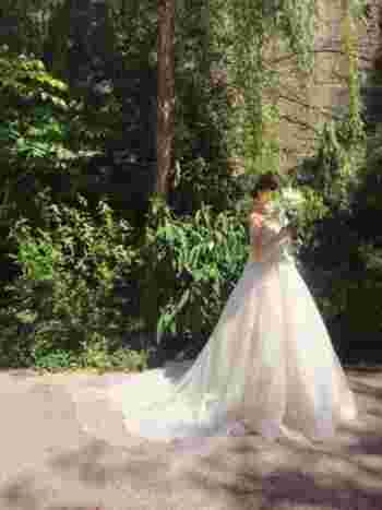 王道Aラインのウェディングドレス。チュールを使っているので、重たい印象にならずナチュラルウェディングにぴったりです。