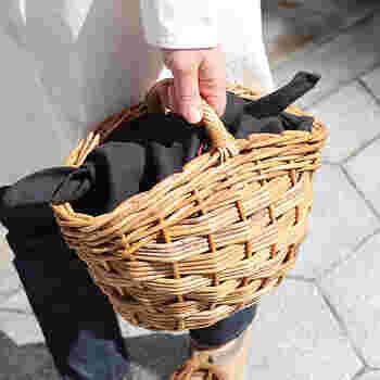 あずま袋を黒にすると、グッと大人な印象に。涼し気なファッションのアクセントになってくれます。
