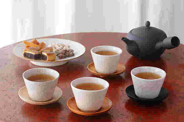 三重県四日市市で萬古焼の急須を主に手がける陶磁器メーカー「南景製陶園」から、ゆったりとお茶の時間を楽しみたくなる「碗」と「茶托」が登場。少し小ぶりサイズで、縁から高台に向けてすっと直線的にすぼまるスマートなデザイン。