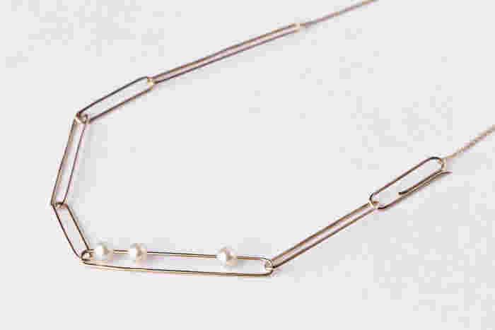 続いてご紹介するのもチェーンネックレスですが、ご覧の通りちょっと変わったタイプの物。大きさの異なるクリップをランダムにつなげたような、個性的なデザインのネックレスです。トップにあしらわれているのは、3粒の淡水パール。あえて固定はせず、ネックレスの動きに合わせてスライドする作りになっています。