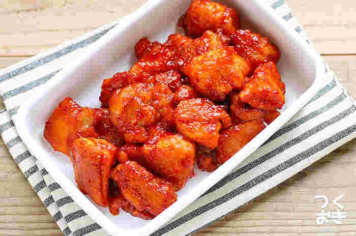 辛いものが好きなら、韓国風のピリ辛唐揚げにチャレンジしてみませんか?コチュジャンさえあれば、あとは基本の調味料で味つけできます。揚げ焼きにしたお肉にタレを煮からめるだけとお手軽!お弁当はもちろん、おつまみにもおすすめです。