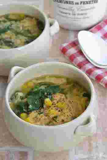 ほうれん草とふわふわ卵の優しい美味しさのスープ。子どもたちも大好きなコーンもたっぷり入れてあげましょう。こちらも作り置きの茹でほうれん草を使えば、5分ほどでささっと仕上げることができます。