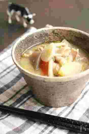 """特別寒い日におすすめ!体の芯から温まる酒粕入りの豚汁。 野菜と酒粕の甘味が優しく、心も辛さも""""ほっこり""""癒されます。"""