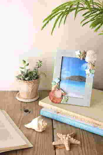 こちらはペイントした写真立てに、貝殻やタイルを貼り付けたもの。グルーガンで接着すると簡単です。木の実やドライフラワーなど、季節に合わせて飾りを選ぶのも素敵ですね。
