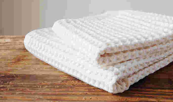 新年を迎えるにあたって買い直しておきたいアイテムといえば、やはりバスタオルではないでしょうか。 ざっくりとしたワッフルタオルは肌触りも文句なし。吸水性と通気性にも優れているのでとても使いやすいアイテムです。