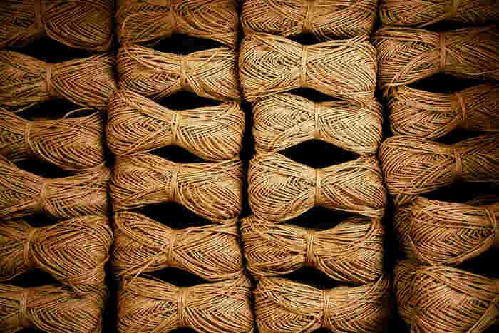 人気商品の「SASAWASHI」は現在12色で展開中。標高1000m以上にのみ群生するくま笹を原料にした和紙の糸で、帽子などを編むのに適しています。天然の抗菌作用、防臭、UVカット、撥水(はっすい)加工が特徴