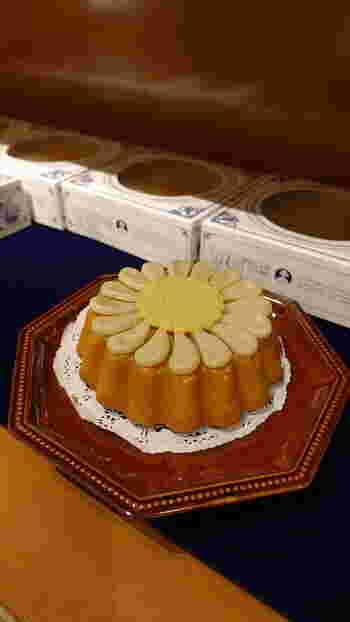 「マルガレーテンクーヘン」は、お花をイメージしたかわいいケーキ。濃厚でしっとりとした生地にアンズジャムをコーティングし、マジパンの花びらをトッピングしています。  華やかなケーキなので、ホームパーティーやお誕生日会にもおすすめ。通販でお取り寄せもできます。