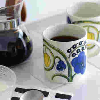 おうちでのティータイムは、ゆったりとした時間のなかでコーヒーやお茶をいただきたいですよね。そんなときのパートナーには、飲みものがたっぷり入るマグカップがぴったりです! 今回はデザインや機能性別におすすめのマグカップをご紹介します。素敵なおうちカフェを彩るマグカップ探しの参考にしてみてくださいね。