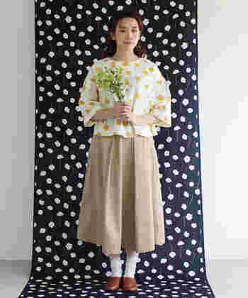 イエローのネモフィラの押し花柄の春らしいブラウスで。普通のひざ丈スカートよりも、やや長めのミディ丈の方がレトロ感がよりアップしますよ。