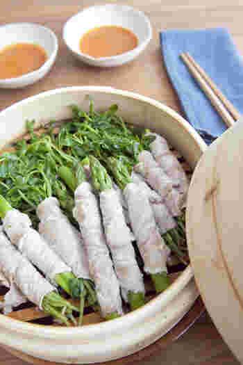 アスパラと豆苗を豚肉で巻いたせいろ蒸し。豚肉の旨みを吸った野菜はたっぷりでも、蒸すとカサが減るのでもりもりいただけます。