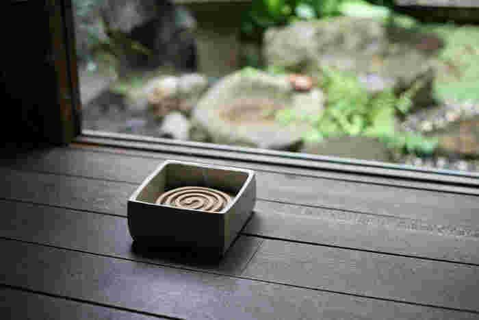 こちらは、三重県・伊賀の陶土を使った「東屋」の箱型の蚊遣り。中にあらかじめ少量の灰を敷き、その上に蚊取り線香を直接乗せて使用します。夏がすぎたらお香を焚くなど、香炉としても使えます。 東屋の蚊遣り/職人.com