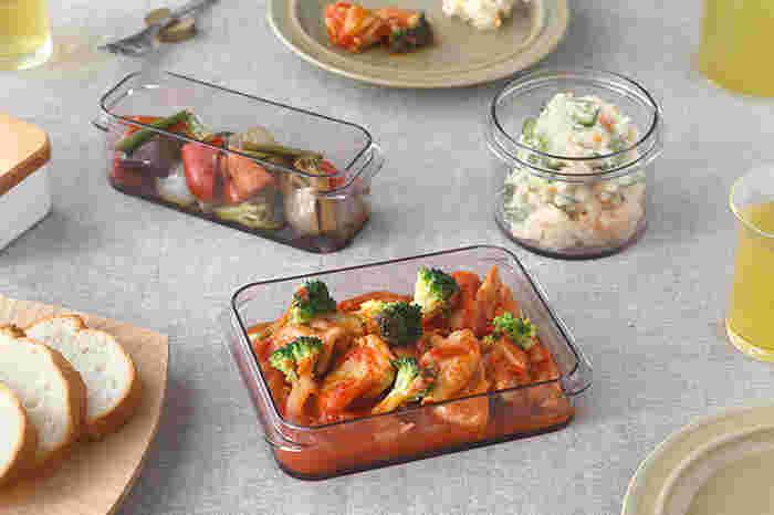 ポリカーボネート製の保存容器はガラスのような透明感で丈夫さがあります。そのままオーブンに入れれることも可能です。食卓に出してもオシャレなデザインが素敵です。