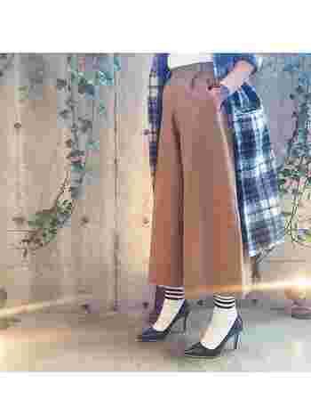 キナリノ女子にもおすすめ。「パンプス×靴下」コーデなら足元の冷え対策もばっちり♪