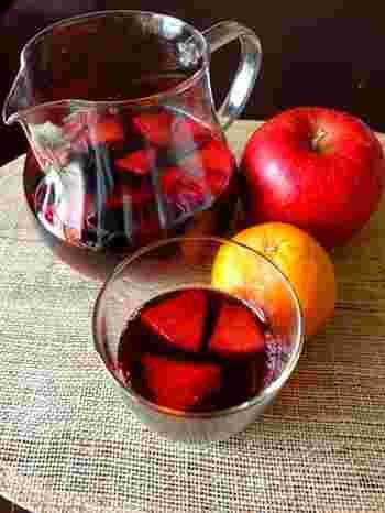 アルコール度数が20度未満のお酒とフルーツなどを混和して自家製酒を作ることは酒税法違反になります。そのため、自宅でサングリアを作るときは、フルーツは漬け置きせず飲む直前に入れること。その日のうちに飲み切れる分量を作るというのも大事なポイントです。