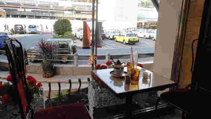熱海駅前にある「Cafe Agir(カフェ・アジール)」は、昔ながらの喫茶店の面影を今も楽しめるお店。観光始めやお帰り前も立ち寄りやすい場所にあるのがうれしいですね。
