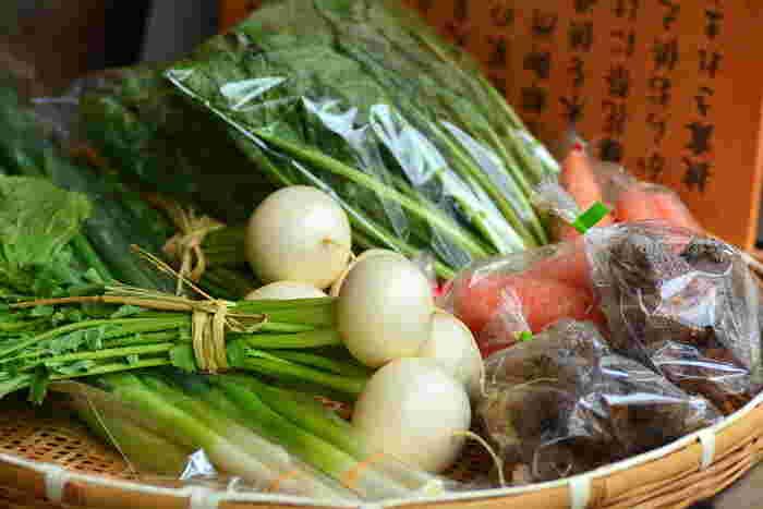 まるまる太った大根やカブ、葉の詰まった白菜など、どっしり重くて大きな冬野菜。割安ではあるけれど、食べきれないかも?と迷ったことはありませんか?今回は、冬野菜を長〜く楽しめる保存&調理法をご案内。上手な活用法を覚えれば、大きなまるごと野菜もためらわずに買えるようになりそう。お得にたっぷり、冬野菜を満喫しましょう!