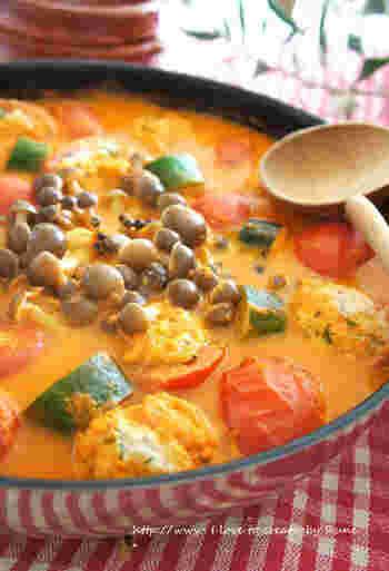 トマトと塩麹で作ったスープのお鍋です。低脂肪乳を加えるのでまろやかな味わいになります。トマトの中にひき肉を詰めて煮込むので、ボリュームたっぷりの具材になって食べ応えも抜群♪