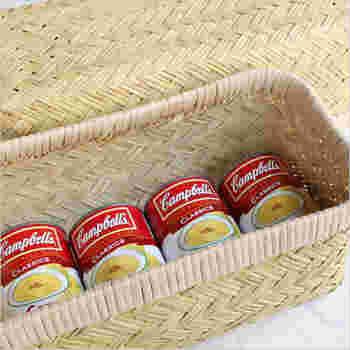 ふた付きのはさみかごは、布や本の収納に最適。缶詰や備蓄食品など、キッチンやパントリーの収納にも便利です。ふた部分も収納かごとして並べて使用できます。