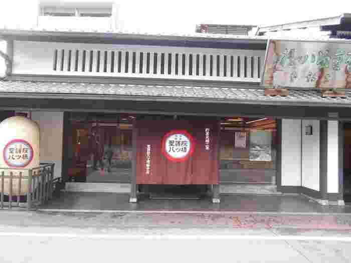 京都のお土産の定番と言えば八ツ橋。こちらは1689年創業、300年以上の歴史を持つ老舗の中の老舗「聖護院八ツ橋総本店」。江戸中期頃の箏の名手だった八橋検校の没後四年後に琴に似せた干菓子を「八つ橋」と名付けて販売されたのが始まりなんだとか。それ以来、変わらぬ美味しさが受け継がれています。