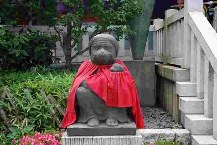 本殿に向かって左側にあるメスの猿と子猿の像は、安産や子宝のご利益があるパワースポットです。こちらでもしっかり祈願しましょう。