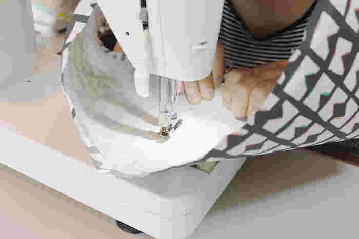 布製のランプシェードの布を張り替えて、お部屋のイメージを一新!芯材と布を張り合わせ、輪に縫ってから枠にはめます。あとは、上下ともくるくると枠に巻き付けて完成です。