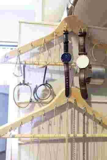 IKEAのシンプルなハンガーにフックを取り付けて、アクセサリー収納にするという楽しいアイデア。壁にかけるほか、クローゼットの中にもしまいやすくなります。
