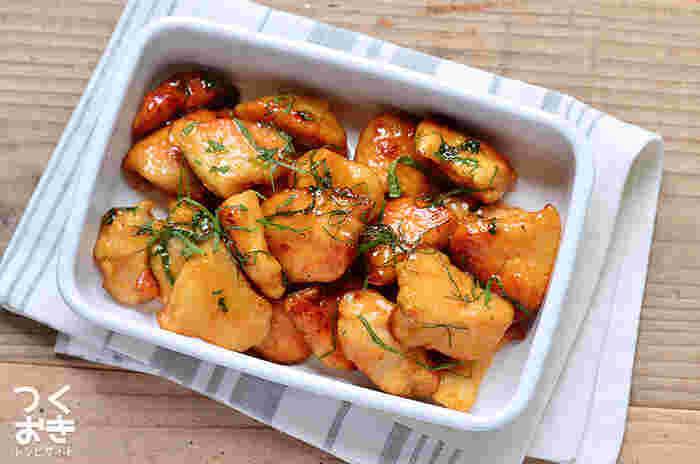 同じ食材を一度にたくさんまとめ買いしたら、いろいろな調理法で作り分けると最後まで飽きずに食べることができます。たとえばこちらは高タンパクで低カロリー、何よりとってもお安く手に入る節約の味方、鶏むね肉。甘辛く味付けすれば、ごはんが進むこってりおかずになります。しその風味がアクセントの照り焼きは、家族みんな大好きなはず。冷蔵庫で5日保存できます。