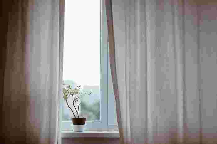 直射日光が差し込む部屋の場合は、カーテンやすだれなどを使って、日中の熱気をコントロールしてみましょう。夏の日中に外出することが多い人は、窓辺のカーテンを遮熱効果の高いものに交換してみるのもおすすめです。