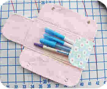 布に「しるし」を付けるためのチャコペンシル。マーカータイプやルーラーで目印を付けるタイプなど、様々な種類があるので、扱う布の素材や自分の使い勝手に合わせて種類を選びましょう。