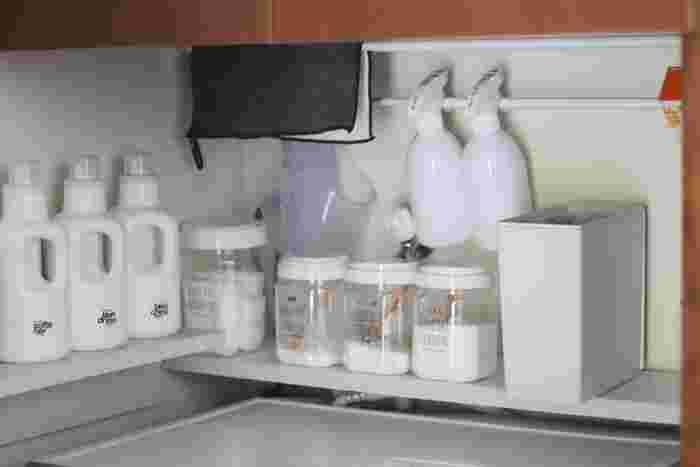 洗剤や洗濯用品、掃除道具などモノが多い洗濯機まわりは、少しの空間も無駄なく有効活用しましょう。壁に棚を互い違いに取り付ければ、収納量も倍に。突っ張り棒も段違いにすると、思いのほか多くのモノを収納できます。好みの詰め替え容器なら、おしゃれなディスプレイのように楽しめますね。