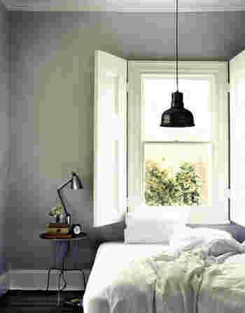 グレーは白と好相性。白と合わせることで明るくなり、清潔感のある印象に。