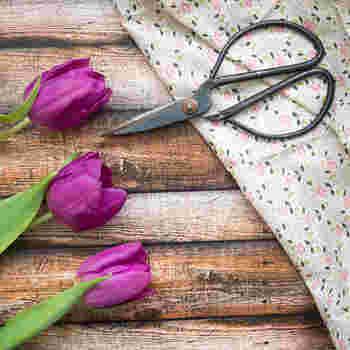 食器や洋服以外にも、靴や靴下などさまざまなものが工夫次第で修繕可能です。特に洋服は、裂いてまた新しいものに作り替える「リメイク」も可能。使っていないお気に入りのものがあるなら、ぜひもう一度見直してみてくださいね◎