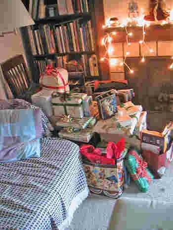 クリスマスのプレゼントはツリーや暖炉の前に。何が入っているのか、想像を膨らませる時間も楽しいですね。