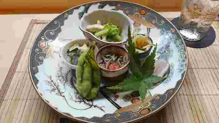 昼だけではなく、ゆっくりした時間を堪能できる夜のおまかせコースもオススメ!美しい盛り付けの地産地消の先付け、お刺身など旬のお魚を美味しく提供してくれます。  昼も夜も違った顔で楽しむことができる鎌倉の人気店です。