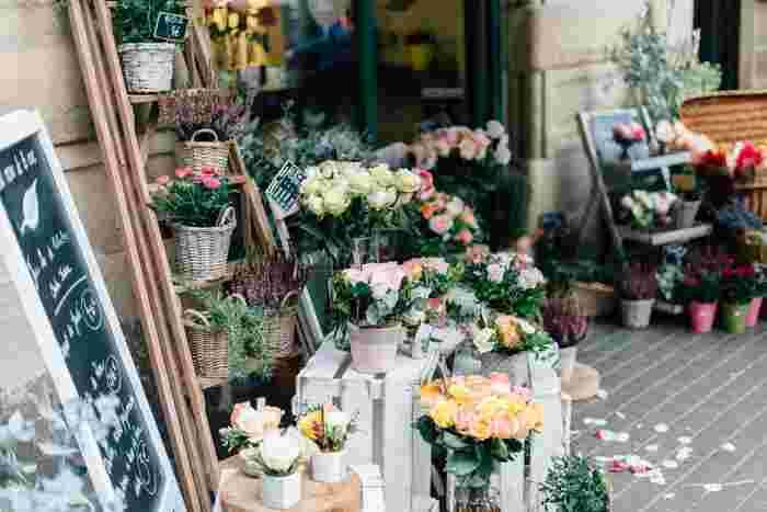 解消法としては部屋を明るくすることが挙げられます。カーテンの色を変える、照明を変えるなどありますが、もっと簡単にできるのはお花を飾ることです。雰囲気を一瞬にしてがらっと変えてくれる、まさにお花マジックです。  色とりどりの花屋さんに足を運ぶだけでも心が華やぎますね。お花でどんより空気を一掃しちゃいましょう♪今回は、梅雨時期に美しく咲く花たちをご紹介します。