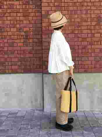 夏らしいスタイルでも、しっかり冷えとり対策。シャツやボトムの素材を薄くて軽いものにして、足元を温めることで「頭寒足熱」を維持できます。