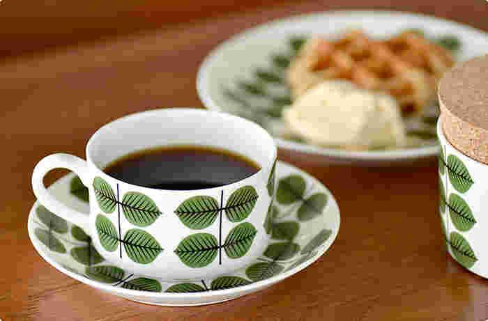 北欧を代表する多くのデザイナーによって生み出された美しいデザインと、現代食器では味わえない温かみのある風合いが魅力の『北欧ヴィンテージ食器』。 日本ではあまり見かけない大胆な色使いや個性的で愛らしい絵柄、飾っても絵になるおしゃれな佇まいなど。 その独特の魅力に惹きつけられ、少しずつコレクションしている方も多いのではないでしょうか? そこで今回は、北欧を代表する陶器メーカーの『北欧ヴィンテージ食器』をはじめ、人気ブロガーさんの素敵なコレクションと実例をご紹介します。