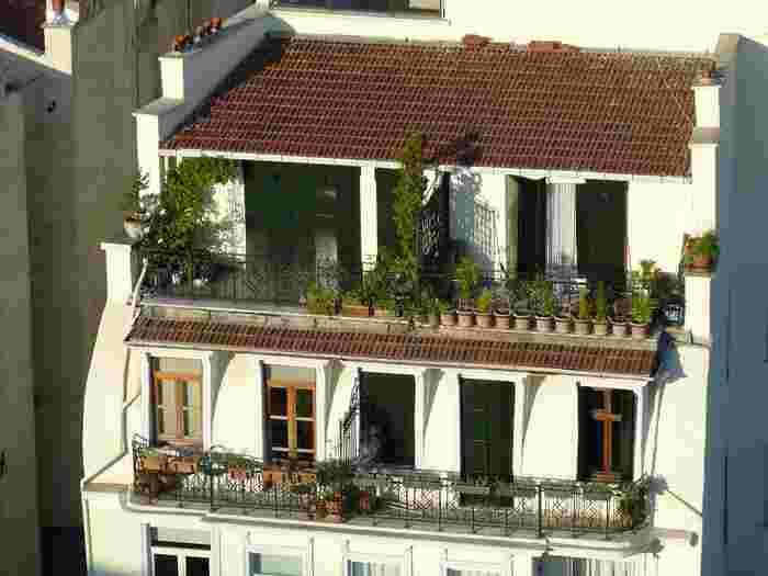よく耳にする「ルーフバルコニー」とは、下階の屋根を、上階の庭として使うことの出来るスペースの事を指し、「ルーフテラス」や「ルーフガーデン」とも呼ばれています。