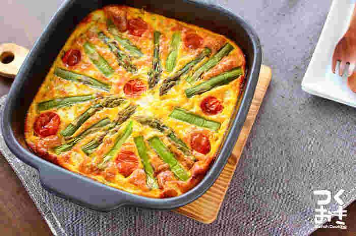 アスパラの緑、プチトマトの赤、卵の黄色が可愛らしいオープンオムレツ。冷蔵保存で4日も持つので、お客様が来る前の日や数日前から用意ができ、忙しいママにぴったりのおもてなしレシピです。